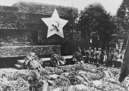 Berlin-Friedrichsfelde, Einweihung Gedenkstätte